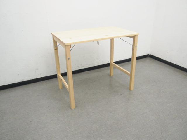 ダイニングテーブルとしても使えるんですが、僕は作業デスクとして使っています。
